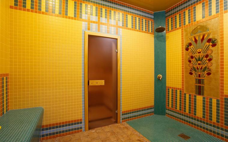 <p>Автор проекта: Екатерина Козлова</p> <p>Интерьер восточной бани выдержан в яркой цветовой гамме с декоративной мозаикой. По традиции хамама, все стены, включая скамью, отделаны керамической плиткой, на полу плитка сочетается с камнем. Парная объединена&nbsp; с помывочным помещением в виде душевой. </p>