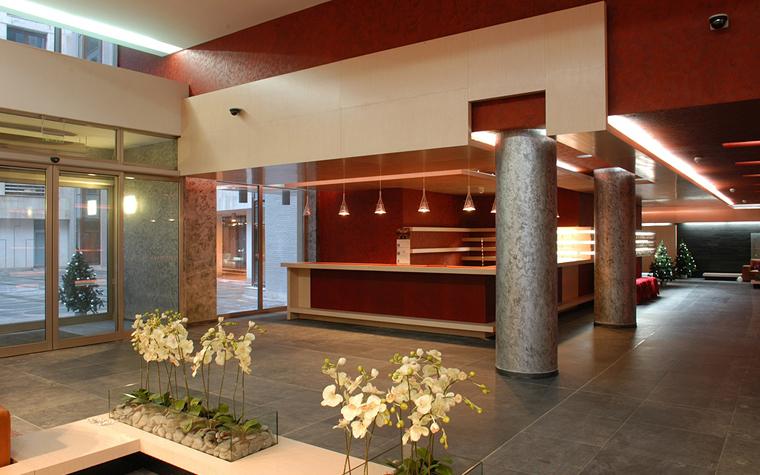 <p>Автор проекта: архитектурное бюро &laquo;ДИА&raquo;.&nbsp;</p> <p>В огромном холле, например отеля, орхидеи более чем уместны. Расставьте их группами по периметру цветника.</p>