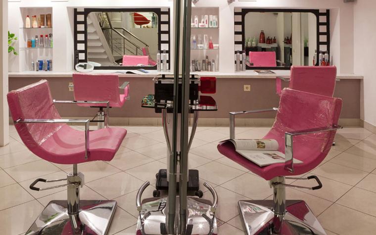 <p>Автор проекта: Инга Борисова.</p> <p>Если говорить о&nbsp;самом зале парикмахерской, где гостю предстоит  провести большую часть времени, отведённую на&nbsp;посещение салона,  а&nbsp;мастеру&nbsp;&mdash; работать стоя целый день, здесь кроме качественной отделки, очень важен дизайн, например, удобные кресла. Эргономика, правильно просчитанное количество мест в&nbsp;помещении,  соблюдение санитарно-гигиенических и&nbsp;многих других норм&nbsp;&mdash; всё эти детали  важны и&nbsp;учитываются при разработке проекта дизайна парикмахерской.  По параметру&nbsp;&mdash; сколько места будет выделено для каждого клиента&nbsp;&mdash;  можно определить уровень парикмахерской или салона красоты.</p>