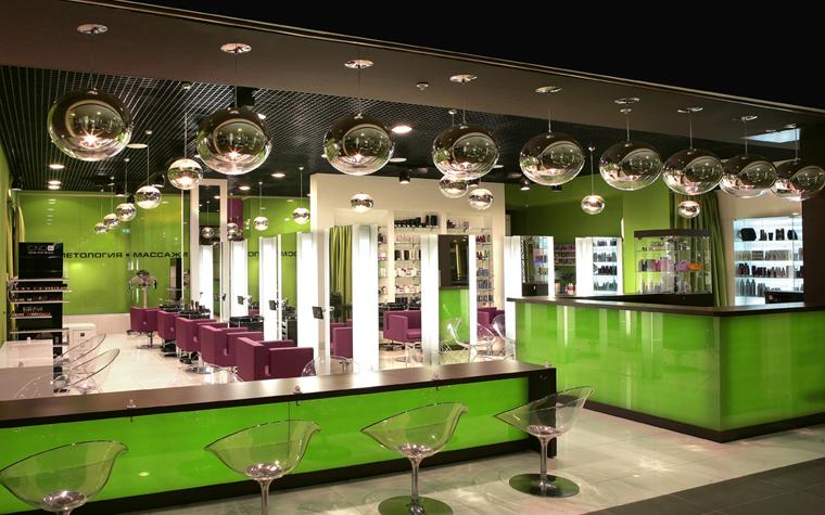 <p>Автор проекта: Яна Веселова.</p> <p>Одним из самых важных элементов оформления интерьеров&nbsp; парикмахерских и салонов красоты&nbsp; является&nbsp; их световое решение. Если в&nbsp;салоне,  где  непосредственно работают мастера, свет должен быть ярким, профессиональным и&nbsp; многоплановым,  то&nbsp;в&nbsp;вестибюле можно создать иной светодизайн. Там&nbsp; можно использовать оригинальные  световые сценарии  и&nbsp;ультрасовременные светильники, что сделает интерьер салона еще более оригинальным и запоминающимся.</p>