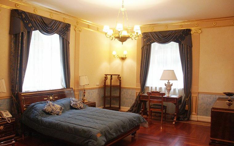 <p>Автор проекта: Юрий Бурханов.&nbsp;</p> <p>Угловая комната с двумя окнами оформлена как классическая спальня, со всеми атрибутами: шторы с ламбрекенами, люстра, этажерка, стол, стулья, кровать и проч.</p>