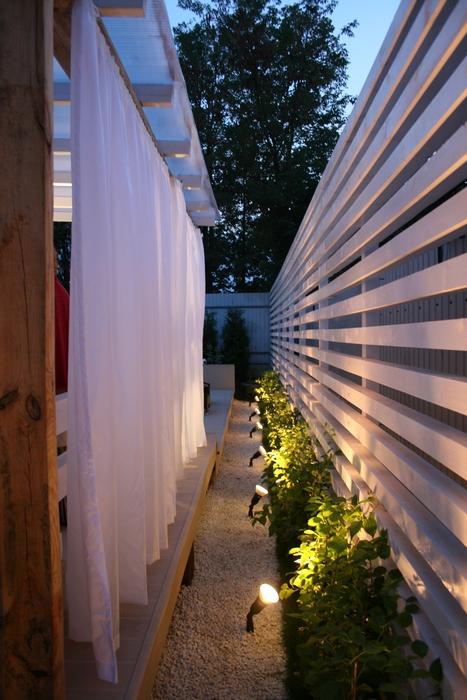 <p>Автор проекта: SL project SL project, Александра Федорова</p> <p>Кстати, не забудьте о том, что забор, даже деревянный, хорошо тонировать. Белый цвет - правильный цвет. Классика в ее современном варианте предпочитает белый, даже если дело касается забора. Александра Федорова это отлично знает!</p>