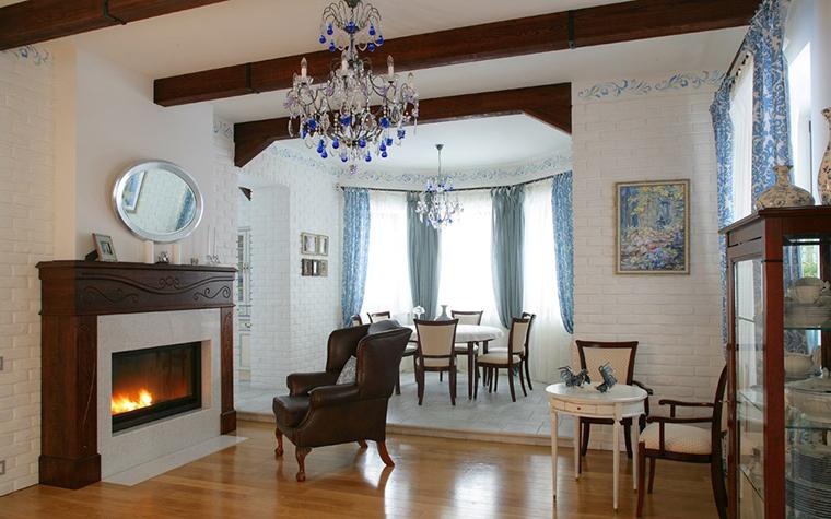 <p>Фотограф: Надежда Серебрякова</p> <p>Важным элементом гостиной, открытой в столовую зону, стал большой пристенный камин. В высоком портале, выполненном в двух материалах и двух цветах, перекликаются основные отделки интерьера гостиной - темные дерево и кожа и светлая покраска стен и потолка.</p>