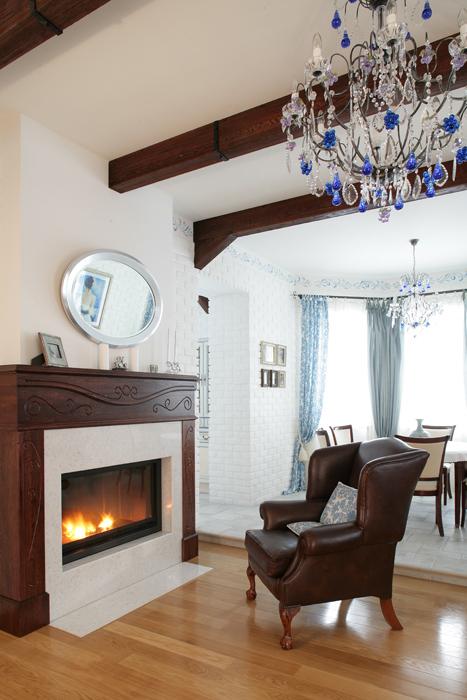 Дизайн интерьера маленькой гостиной с камином