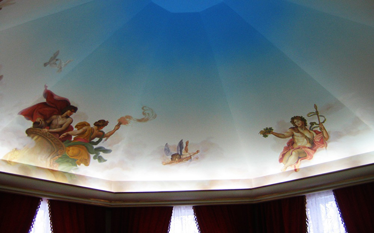 <p>Автор проекта: Нахибашева Марин&nbsp;</p> <p>Потолок полукруглой спальни выполнен в виде купола и украшен росписями в виде фрагментов знаменитых классических картин.</p>