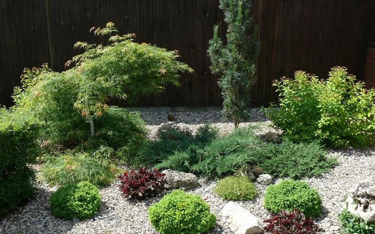 <p>Автор: Денис Чернышев</p> <p>Рокарий, то есть каменистый сад, в котором выращивают низкорослые растения, кустарники, особенно из семейства вересковых, а также стелящиеся растения и подушковидные, будет отлично смотреться в одном из уголков вашего большого сада.</p>