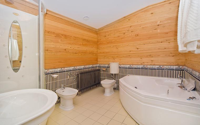<p>Автор проекта: архитектурное бюро &laquo;Пятый радиус&raquo;. Фотограф: Ольга Мелекесцева.&nbsp;</p> <p>Деревянные панели стен этой ванной очень уместны для общего дизайна загородного дома. </p>