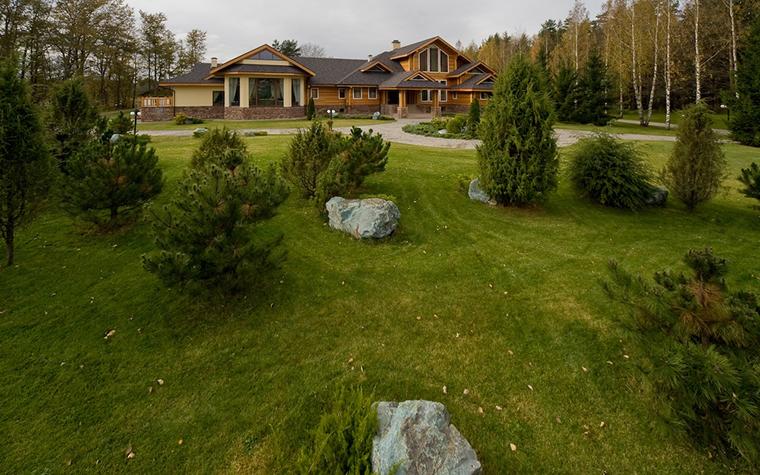 <p>Автор проекта: Пятый радиус<br /> Фотограф: Ольга Мелекесцева</p> <p>Огромная территория с настоящим лесом, окружающая дом, украшена &quot;настоящими&quot;, &quot;дикими&quot; камнями, что очень уместно в данном случае.</p>