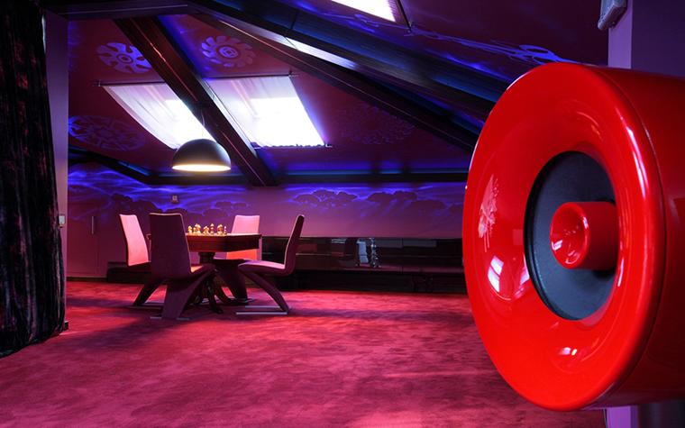 <p>Автор проекта: архитектурное ателье BnDProject. Фотограф: Зинон Разутдинов.</p> <p>Что для жилого пространства невозможно,&nbsp; для общественных помещений - самый раз. Дизайнеры и декораторы любят использовать силу фиолетового цвета и его производных - пурпурного и лилового при оформлении&nbsp; модных кафе, баров и танцполов.&nbsp; Наибольший эффект возникает, когда затененное пространство подсвечивают цветным неоном.&nbsp;</p>