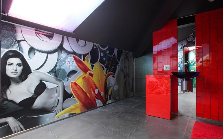 <p>Автор проекта: архитектурное ателье BnDProject. Фотограф: Зинон Разутдинов.</p> <p>Поп-арт, отражающий вкусы общества потребления и потребляющий определенные СМИ,&nbsp; обожает всяческий глянец. Именно поэтому в интерьерах современного поп-арта&nbsp; так приветствуются глянцевые поверхности. Причем глянец может быть самый разный, это может быть&nbsp; пластик, стекло,  мебельный лак, кафельная плитка, наливной пол  или натяжной потолок. Главное, чтобы он блестел и его было много. К таким&nbsp; блестящим облицовкам не помешает добавить несколько прямых цитат из глянцевых изданий. Например, постер с красоткой на обложке, но увеличенной в разы. Особенно, она будет уместна во входной зоне салона-спа или в мужской ванной комнате.</p>
