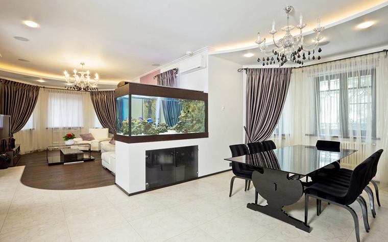 <p>Автор: Андрей и Екатерина Андреевы</p> <p>И в этом большом загородном доме аквариум зонирует пространство - весьма популярный интерьерный прием. </p>