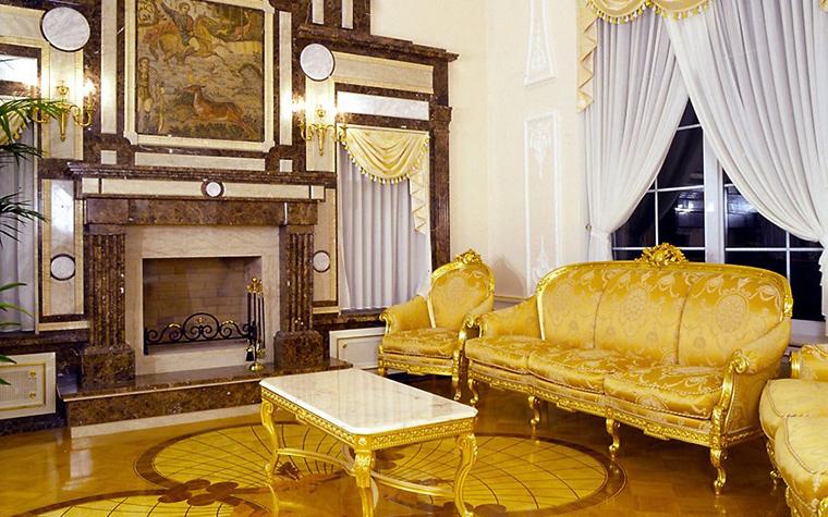 <p>Автор проекта: Оксана Лычагина</p> <p>Наборный паркет пола гостиной, золото диванов и кресел, мраморная столешница, роскошная живопись - все рифмуется с камнем камина. </p>