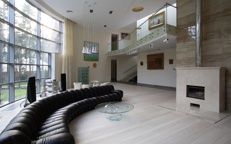 <p>Авторы проекта: Родион Демьянов и&nbsp;Андрей Долотов (архитектурное бюро B|S).</p> <p>Обыкновенно в&nbsp;помещениях со вторым светом устраивают каминную зону.  А перед камином располагают системы мягкой мебели. Если застекленная стена гостиной имеет закругленные очертания, то хорошо вдоль такой стены поставить длинный закругленный диван.</p>