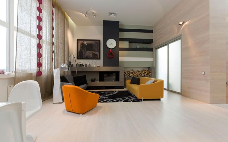 <p>Автор проекта: aрхитектурная мастерская Za bor</p> <p>Белая гостиная с оранжевым диваном и оранжевым креслом (оба предмета разнятся по цвету лишь на полтона), выглядит очень свежо, благодаря, именно, оранжевому. </p>