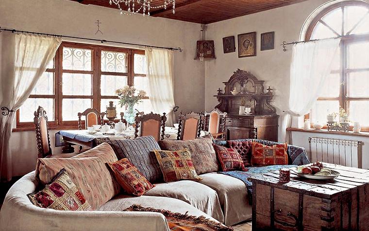 <p>Автор проекта: Наталия Гусева. Фотограф: Михаил Степанов.</p> <p>Деревянный сундук с коваными деталями отлично сочетается с этническим текстилем. </p>