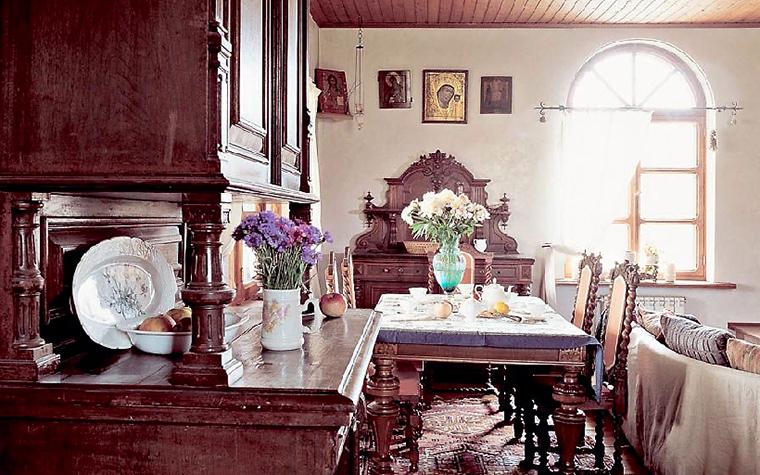 <p>Автор проекта: Наталья Гусева, КвARTa-eco</p> <p>Авторы проекта с помощью антикварной мебели и аксессуаров создали интерьер в духе богатого старинного дома. Классический деревянный шкаф-<a href=http://www.360.ru/Catalog/kuhni/mebel-dlya-kuhni/kuhonnye-shkafy/bufety-i-servanty-dlya-kuhni/>буфет</a>, расположенный в зоне столовой, имеет выступ с небольшой столешницей, где обычно собираются красивые натюрморты из декоративных тарелок, фруктов и цветочных ваз.</p>