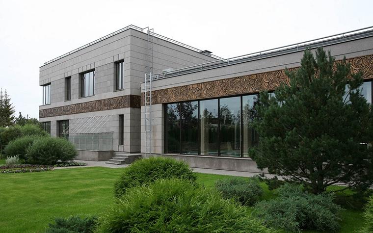 <p>Автор проекта: Архитектурная группы Франчян и Матвеев.  Фотограф: Александр Русов&nbsp;</p> <p>Простой геометрический фасад этого дома, составленного из кубов и параллелепипедов, мысленно отсылает к русскому конструктивизму.</p>