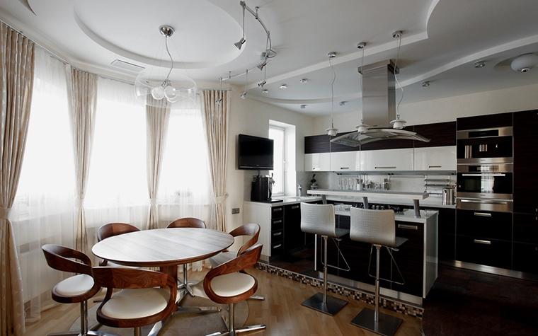 <p>Автор: Александр Серов  фотограф: Евгений Кулибаба</p> <p>Огромный эркер в кухне этого загородного дома выглядит просто роскошно! Здесь как раз-таки разместили столовую зону.</p>