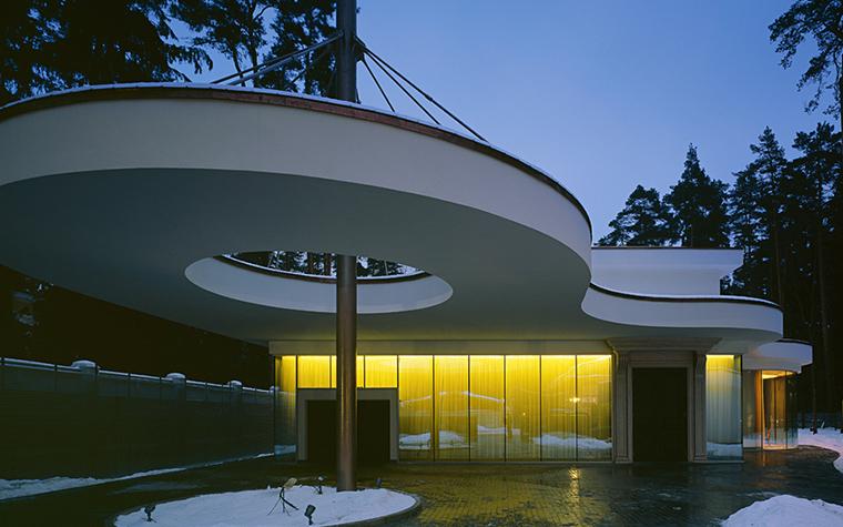 <p>Автор проекта:  Проектная группа &laquo;Поле-Дизайн&raquo; &nbsp;</p> <p>Конечно, этот фасад белого дома - оммаж Людвигу Мисс ван дер Роэ. Особенно дом хорош зимой, когда белое на белом выглядит особенно изысканно.</p>