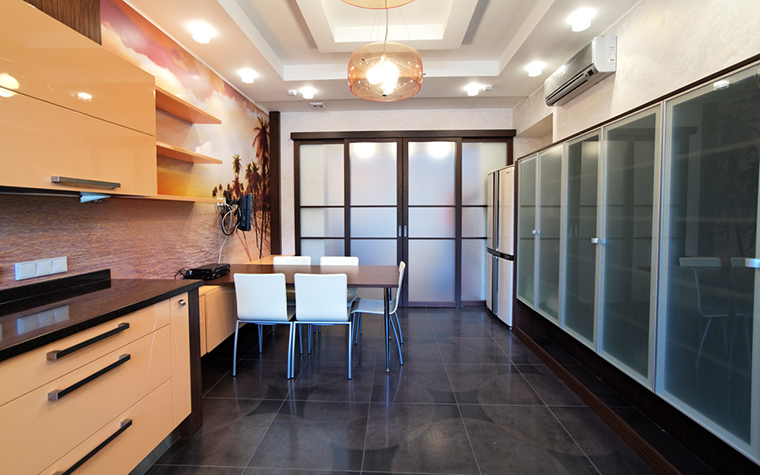 <p>Автор проекта: Арт-Дом</p> <p>Интерьер кухни выдержан в современном стиле с элементами традиционного японского дома. В отделках использованы темно-коричневая плитка пола, прозрачное и матовое стекло в дверях и перегородках. На этом фоне выделяются белые стулья и кухня, выполненная из бежевого полированного пластика.</p>