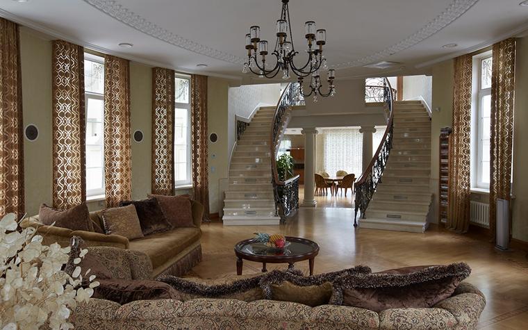 <p>Автор проекта: Артур Вануни. Фотограф: Дмитрий Лившиц.&nbsp;</p> <p>Две симметричные лестницы, ведущие на второй этаж, выглядят очень парадно!</p>