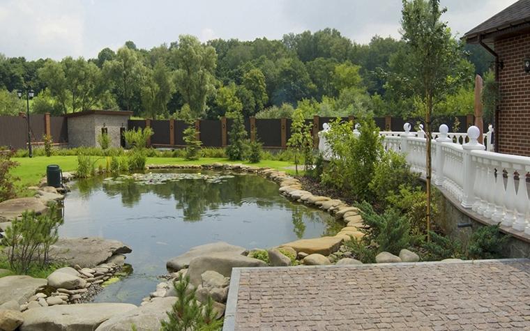 <p>Автор проекта: Татьяна Артюх</p> <p>Искусственный пруд декорирован разной величины валунами. Камни, в данном случае, не только декор, но и функция. Они укрепляют берега. </p>