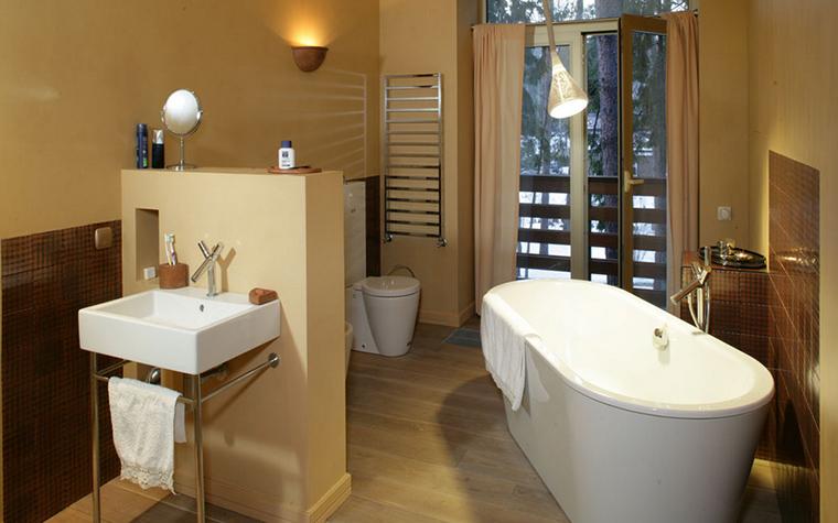 <p>Автор проекта: 4 Фурии</p> <p>Ванная комната загородного дома оригинально спланирована. Небольшая перегородка создает зону раковины, диагональная ванна добавляет пространству динамики. Но главная роскошь - большое окно с видом на сосновый лес.&nbsp;</p>