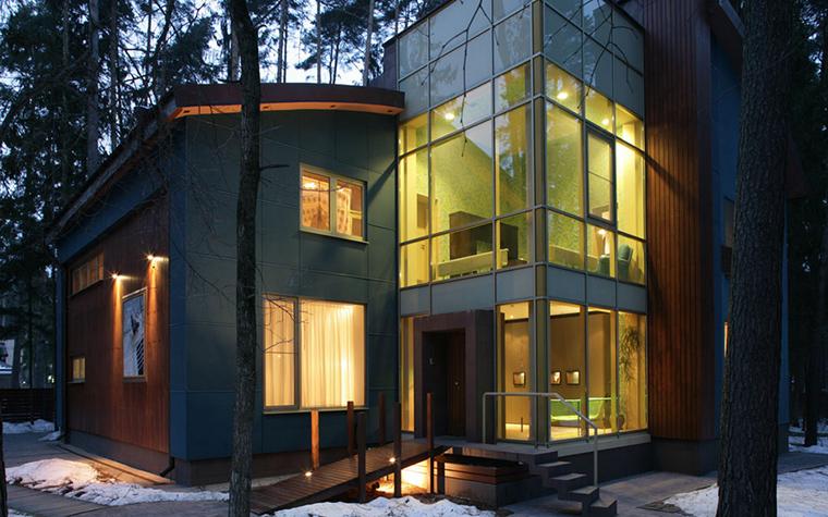<p>Автор проекта: Ателье дизайна  4 furies   &nbsp;</p> <p>Максимально остекленный фасад предполагает сложную световую драматургию. </p>