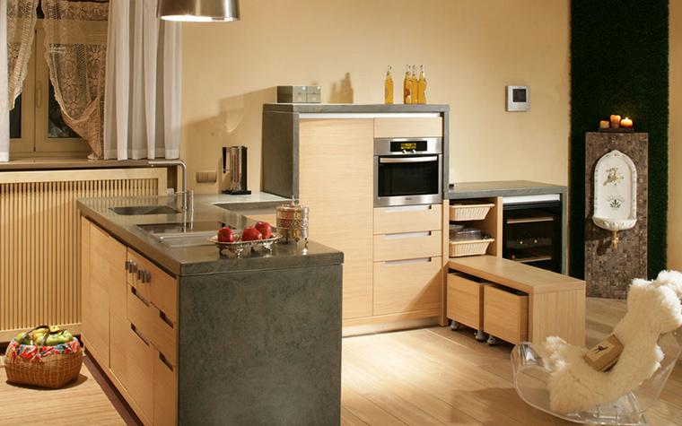 <p>Автор проекта: 4 Фурии</p> <p>Небольшая кухонная зона в открытой студии оформлена с помощью невысокой компактной мебели в серо-бежевых тонах. Композицию дополняют необычные детали: винтажный рукомойник и кружевные занавески, а также кресло-качалка из прозрачного пластика с меховой накидкой. </p>