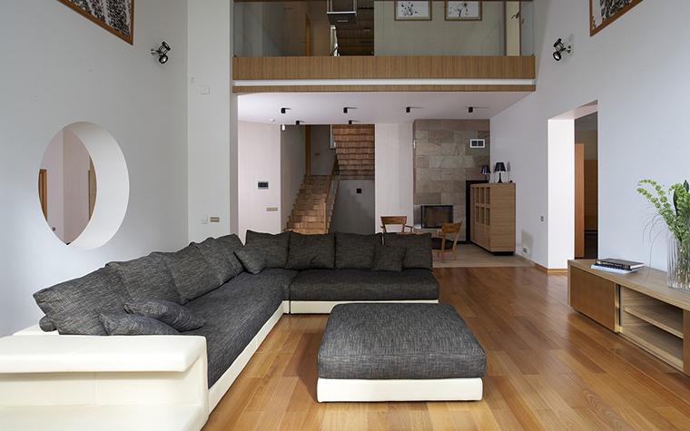 <p>Автор проекта: студия Studioplan. Фотограф: Сергей Ананьев.&nbsp;</p> <p>Двухмаршевая деревянная лестница с удобным углом подъема (сорок пять градусов) лаконична и конструктивна. </p>