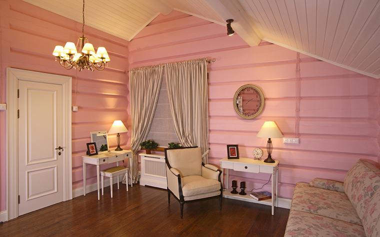<p>Автор проекта: Виктория Власова. Фотограф: Андрей Шевченко.</p> <p>Будуар в нежной бело-розовой гамме оборудован таким образом, что при желании его можно использовать как кабинет, спальню и приёмную.</p>