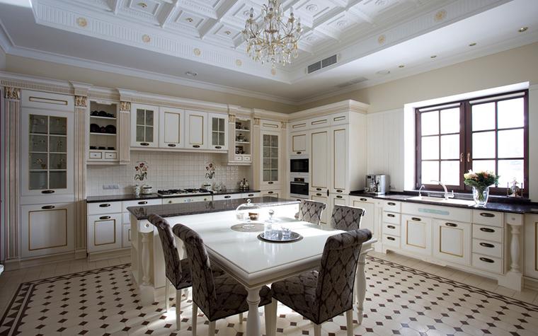 <p>Автор проекта:  компания &laquo;А-Дизайн&raquo;. Фотограф: Евгений Кулибаба.</p> <p>В этой огромной кухне-столовой загородного дома много французского (на русский лад). Обратите внимание на потолки, окна и плитки пола.</p>