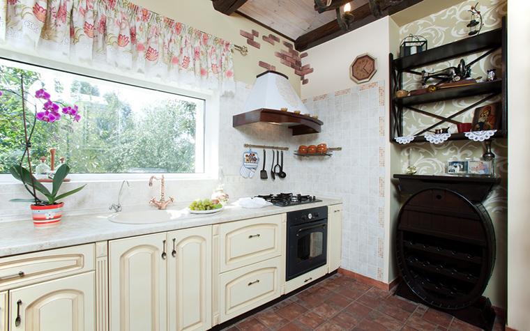 <p>Автор проекта: дизайн студия  Tri-Art.&nbsp;</p> <p>Орхидея, поставленная на рабочую поверхность кухни, у окна, невероятным образом превращается в часть пейзажа за окном. Это интересный ход.</p>
