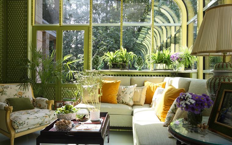 <p>Автор проекта: Кирилл Истомин. &nbsp;</p> <p>Одна из комнат загородного дома оформлена как классическая оранжерея. Стеклянные стены, обилие солнечного света и множество растений. Но главное, что за окнами открывается вид на буйную зелень природного парка, окружающего дом.</p>