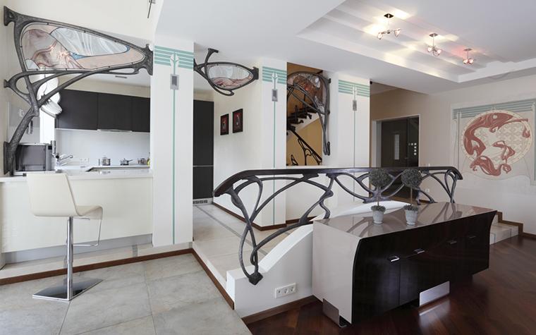 <p>Автор проекта: дизайн-студия Nota&nbsp; Bene. Фотограф: Зинон Разутдинов.</p> <p>В загородном доме отделили зоны кухни и столовой от гостиной. Для этого&nbsp; создали многоступенчатую композицию. Приподняли пол кухни на две ступеньки, тогда как пол перед барной стойкой и в столовой от гостиной отделяет одна ступенька.</p>
