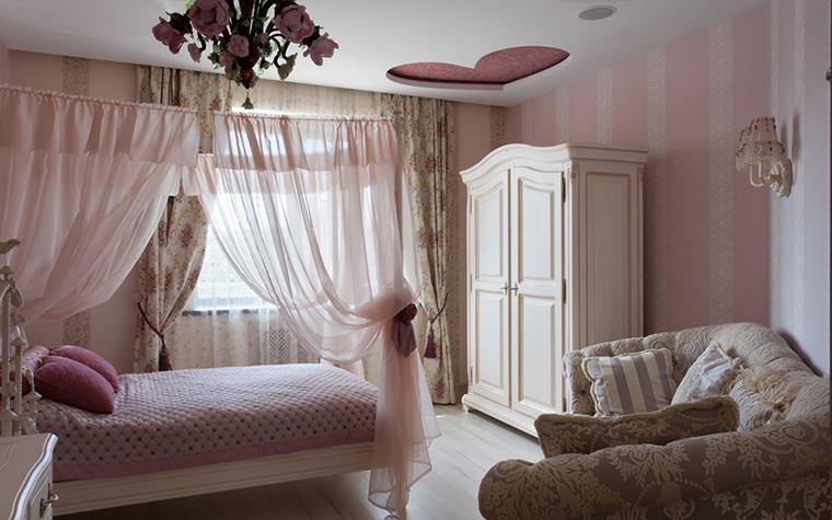 <p>Автор проекта: Игорь Горшков.</p> <p>Классическая девичья спальня в розовых тонах наряду с пурпурным сердцем на потолке и люстрой из малинового стекла получила еще один бонус в виде нежного полога из бледно-розовой&nbsp; органзы. </p>