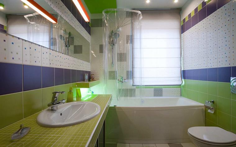 <p>Автор проекта: Горшков Игорь</p> <p>Достоинством этой ванной комнаты является большое окно. Поэтому она отлично освещена, что позволило оформить ее ярко и красочно. Стены и пол разлинованы полосами из керамической плитки белого, лилового, голубого и зеленого цветов. Причем зеленый здесь разных оттенков: от зеленого яблока до оливкового. Такая разноцветная полосатая ванная комната выглядит супер привлекательно!</p>