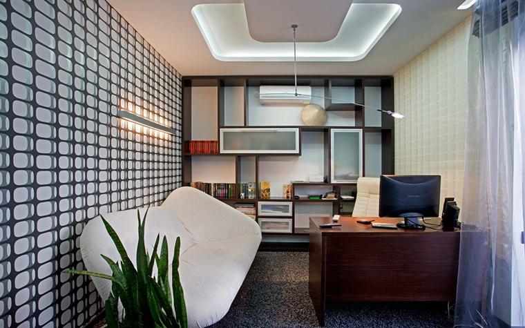 <p>Автор проекта: Горшков Игорь</p> <p>Освещение небольшого кабинета решено с помощью потолочного и настенного света. Закарнизная подсветка потолка дает общий наполняющий свет, светящаяся полоса на стене освещает зону дивана, а а над рабочим столом &quot;парит&quot; почти невидимый светильник, спускающийся с потолка.</p>