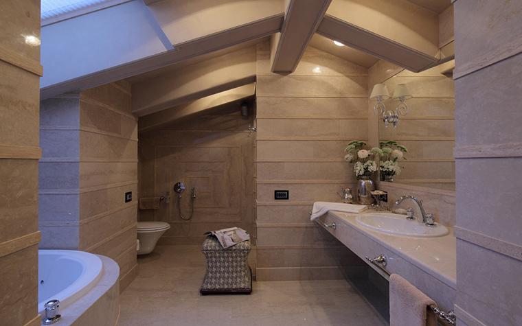 <p>Автор проекта: Доминанта</p> <p>Одна из фишек этого пространства - сложной формы потолок с балками. </p>