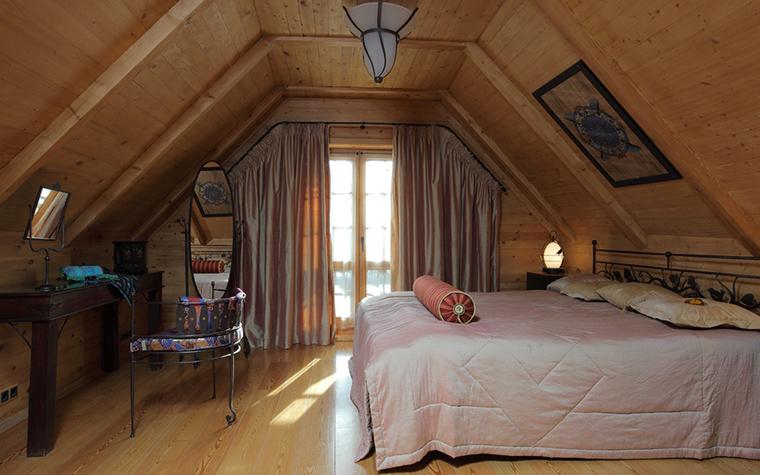 <p>Автор проекта: архитектурное бюро Easyplan.</p> <p>Кованая кровать, кованая конструкция плафона, кресла и зеркал, кованые элементы в основании консоли &ndash; приметы стиля кантри.</p>