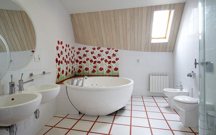 <p>Автор проекта: студия 4D. STUDIO.</p> <p>Загородный дом может позволить и такой милый, дачный, маковый плиточный декор. </p>