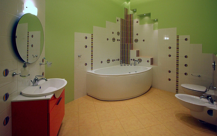 <p>Автор проекта: L PROJECT</p> <p>И совершенно обратгный пример, здесь достаточно квадратных метров, но угловая ванна также идеально вписалась в общую композицию.</p>