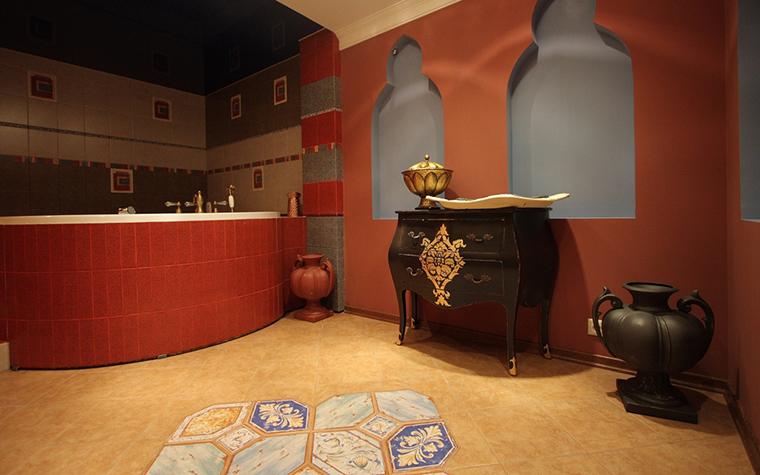 <p>Автор проекта: студия элитного дизайна L &ndash; PROJECT.&nbsp;</p> <p>Авторская ванная комната в стилистике Юго-Восточной Азии украшена декоратиными сосудами того же стиля. Все вместе складывается в чудесную композицию.</p>