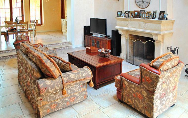 <p>Автор проекта: Илона Орехова.</p> <p>Деревянный сундук в интерьере гостиной с камином становится не только функциональным, но и стилеобразующим элементом.</p>