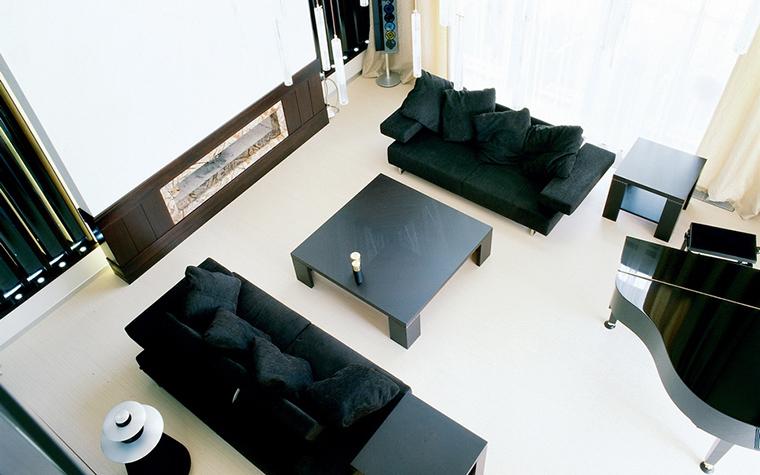 <p>Авторы проекта: Архитектурное агентство &laquo;belugina+partners&raquo;</p> <p>С балкона второго этажа открывается эффектный вид на нижний уровень гостиной.  Эту возможность всегда используют архитекторы и декораторы и создают там интересные мебельные композиции. Как парвило, в таких высоких помещениях бывает отличная акустика, поэтому такая гостиная может совмещать в себе музыкальный салон.</p>