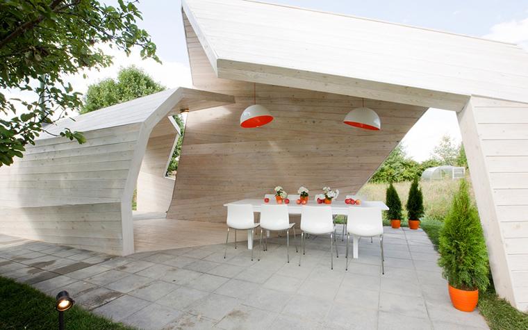 <p>Автор:  Архитектурная мастерская  za bor</p> <p>Эта деревянная беседка, скорее навес, выполненный в стиле Калатравы. Очень современное сооружение поддерживает общую динамику дома.&nbsp;</p>