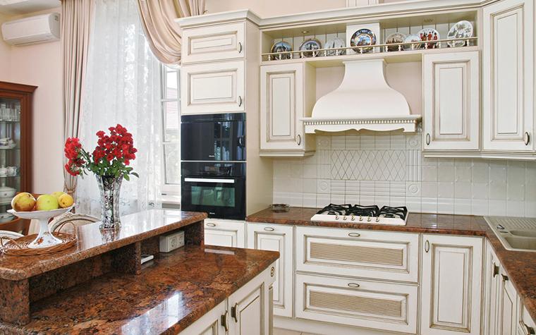 <p>Автор: Елена Петрушина, Юля Рыжова</p> <p>Кухонный остров в центре - тоже классика. Он многофункционален, удобен и для готовки, и для трапезы. А еще, он -- отличная система хранения.</p>