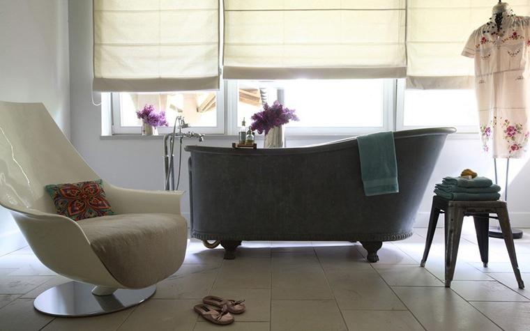 <p>Автор проекта: Анна Эрман.</p> <p>Большое количество окон — нестандартное решение для ванной комнаты. Здесь проблема решается с помощью комплекта римских штор.</p>