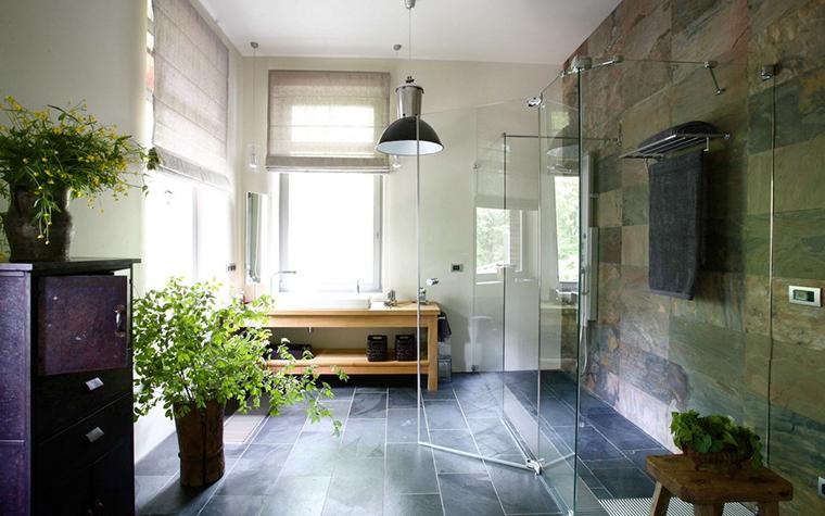 <p>Автор проекта: Анна Эрман.</p> <p>Влаголюбивые комнатные цветы, как это видно на фото растений в интерьере, оптимально всего разместить в ванной комнате, где имеются окна или дополнительные источники искусственного света.</p>
