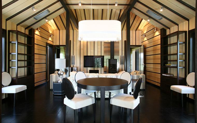 <p>Автор проекта: Архитектурное бюро ДИА (МАО)</p> <p>В гостиной этого дома вертикальные и горизонтальные полосы соединены в единую, законченную композицию. Сценография классическая, но неожиданная. Есть в ней нечто театральное.</p>